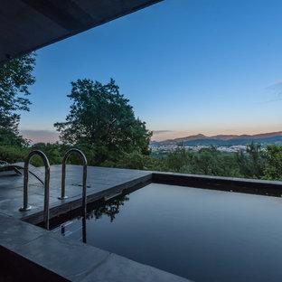 Foto de casa de la piscina y piscina alargada, urbana, de tamaño medio, rectangular, en patio