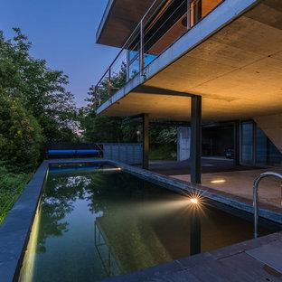Modelo de casa de la piscina y piscina alargada, urbana, de tamaño medio, rectangular, en patio lateral