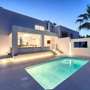 Modelo de casa de la piscina y piscina alargada, actual, pequeña, rectangular, en patio trasero