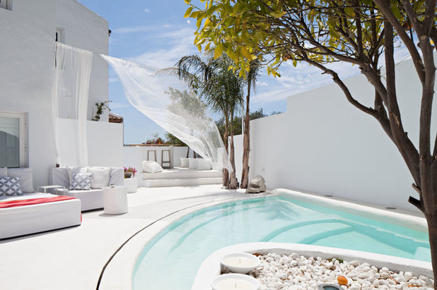 Mediterranean Swimming Pool & Hot Tub by Ana Bejar Interiorismo