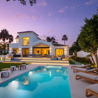 Свежая идея для дизайна: большой прямоугольный бассейн на заднем дворе в средиземноморском стиле - отличное фото интерьера