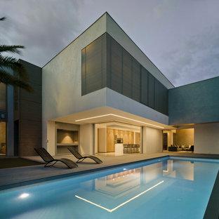 Imagen de piscina minimalista, grande, rectangular, en patio trasero, con entablado