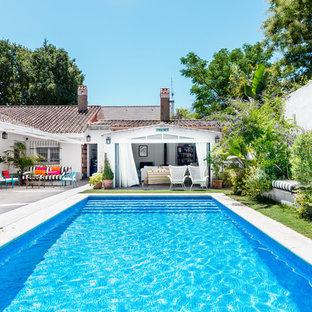 Diseño de casa de la piscina y piscina alargada, mediterránea, rectangular, en patio trasero