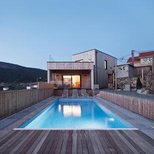 Imagen de piscina contemporánea, rectangular, con entablado