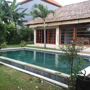 Imagen de casa de la piscina y piscina alargada, de estilo zen, de tamaño medio, rectangular, en patio