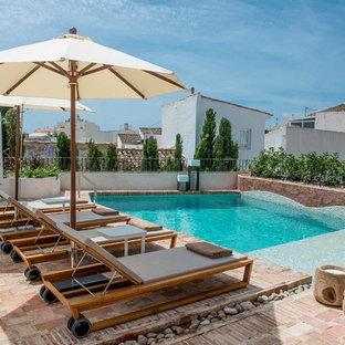 Diseño de piscina alargada, mediterránea, pequeña, a medida, en patio, con adoquines de ladrillo