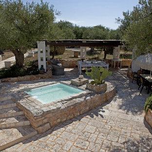 バーリの小さい長方形カントリー風おしゃれな前庭プール (天然石敷き) の写真