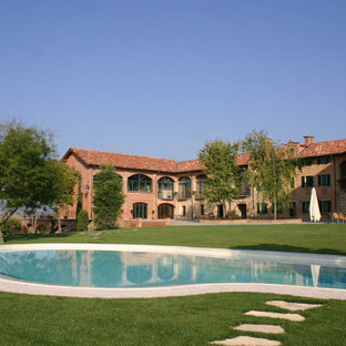 Idee per una grande piscina mediterranea dietro casa