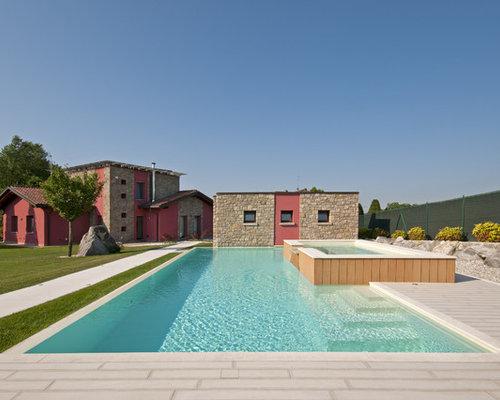 Foto e idee per piscine piscina con una vasca idromassaggio for Piscine strette e lunghe