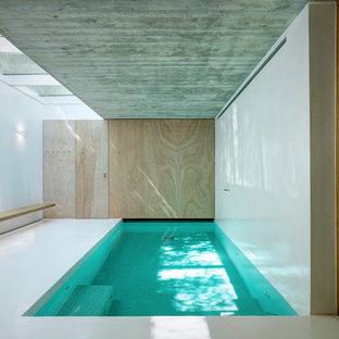 Immagine di una piscina coperta monocorsia minimalista rettangolare di medie dimensioni