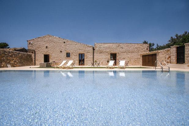 Farmhouse Pool by Viviana Pitrolo architetto