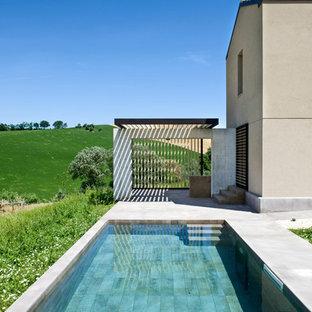 Ispirazione per una piscina minimal rettangolare di medie dimensioni e nel cortile laterale con pavimentazioni in cemento
