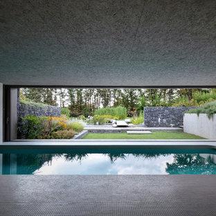 Idee per una piscina coperta moderna rettangolare con piastrelle