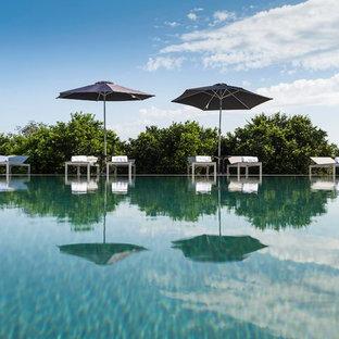 Ispirazione per una grande piscina design