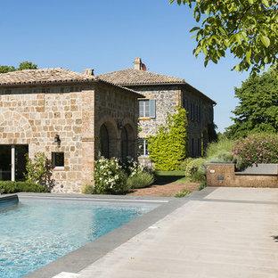 Idee per una piscina in campagna rettangolare di medie dimensioni e nel cortile laterale con una dépendance a bordo piscina e pavimentazioni in pietra naturale