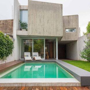 Modelo de casa de la piscina y piscina infinita, actual, extra grande, rectangular, en patio delantero, con granito descompuesto