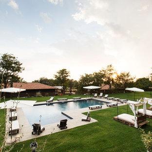 Удачное сочетание для дизайна помещения: угловой бассейн в средиземноморском стиле с настилом - самое интересное для вас