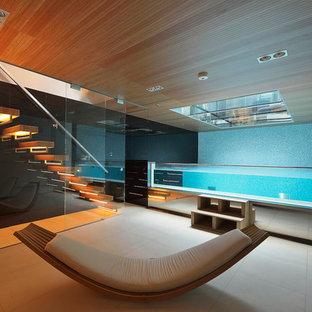 Ejemplo de piscinas y jacuzzis elevados, actuales, pequeños, rectangulares y interiores, con suelo de baldosas