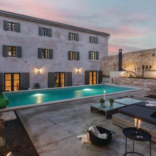 Cette image montre une piscine urbaine.