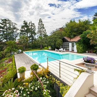 Immagine di una grande piscina mediterranea personalizzata dietro casa