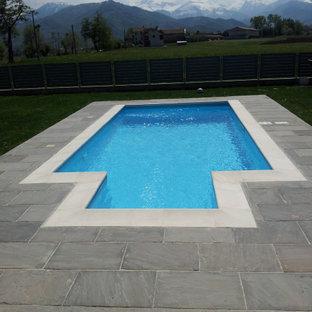 Ejemplo de piscina tradicional, pequeña, a medida, en patio trasero