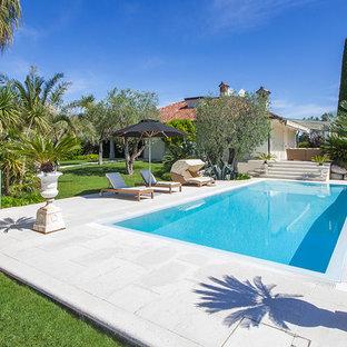 Foto de piscina clásica, de tamaño medio, rectangular, en patio lateral, con adoquines de hormigón