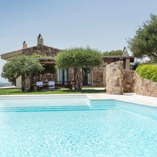 他の地域のオーダーメイド地中海スタイルのおしゃれな裏庭プール (タイル敷き) の写真