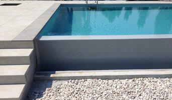 Piscina in cemento armato con sfioro a cascata