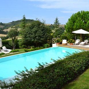 Esempio di una piscina country rettangolare dietro casa con pavimentazioni in pietra naturale