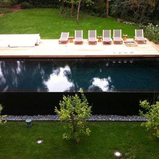 Diseño de piscina infinita, minimalista, de tamaño medio, a medida