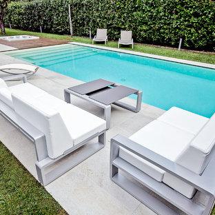 Aménagement d'une piscine sur une terrasse en bois naturelle et avant moderne de taille moyenne et rectangle avec un bain bouillonnant.