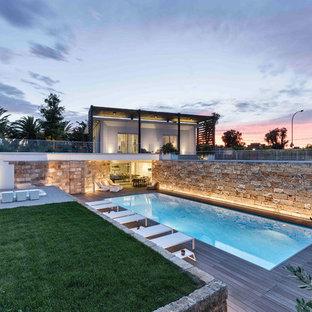 Idee per una piscina monocorsia contemporanea rettangolare di medie dimensioni e dietro casa con una dépendance a bordo piscina e pedane