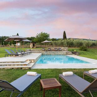 Idee per una grande piscina monocorsia country rettangolare in cortile con una dépendance a bordo piscina e piastrelle