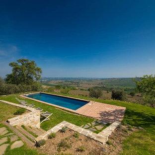 Idee per una piscina in campagna rettangolare di medie dimensioni e dietro casa con pavimentazioni in mattoni