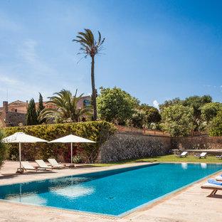 Foto de casa de la piscina y piscina alargada, mediterránea, grande, rectangular, en patio trasero, con adoquines de piedra natural