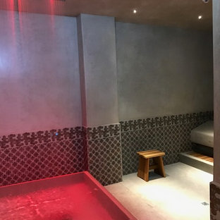 Diseño de piscinas y jacuzzis contemporáneos con suelo de baldosas