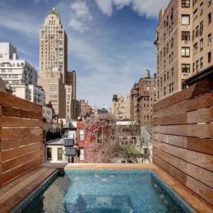 Diseño de piscina alargada, clásica renovada, rectangular, en azotea, con entablado