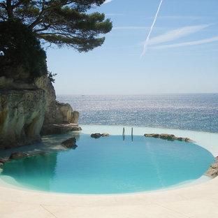Cette photo montre une piscine naturelle méditerranéenne en forme de haricot.