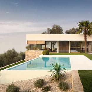 Imagen de piscina costera, rectangular, en patio lateral