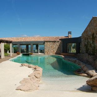 Idées de décoration pour des grands abris de piscine et pool houses méditerranéens sur mesure avec des pavés en pierre naturelle et une cour.