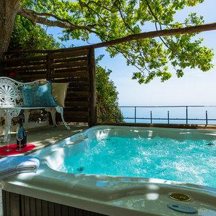 Idee per una piscina fuori terra mediterranea rettangolare dietro casa con una vasca idromassaggio e piastrelle