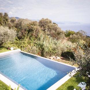 Immagine di una piscina monocorsia stile marinaro rettangolare di medie dimensioni e dietro casa
