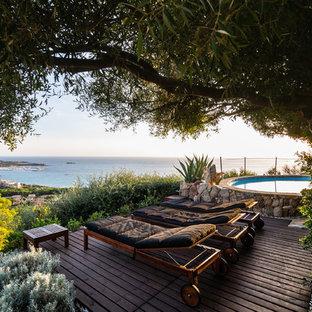 Неиссякаемый источник вдохновения для домашнего уюта: наземный, круглый бассейн на заднем дворе в средиземноморском стиле с настилом