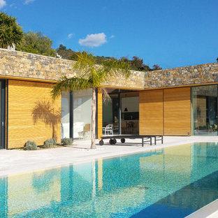 Ispirazione per una piscina a sfioro infinito mediterranea rettangolare dietro casa