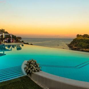 Foto de casa de la piscina y piscina infinita, mediterránea, de tamaño medio, a medida, en patio, con suelo de baldosas