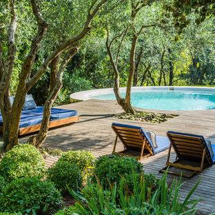 Удачное сочетание для дизайна помещения: круглый бассейн на заднем дворе в средиземноморском стиле с настилом - самое интересное для вас