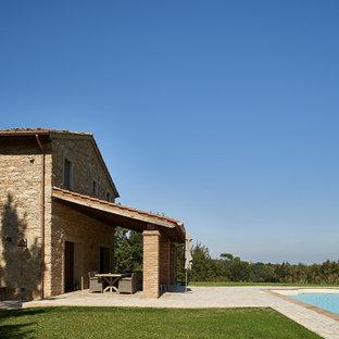 Exemple d'une piscine romantique.