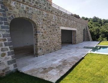 Villa Umbra - Piscina e pavimenti in travertino bocciardato