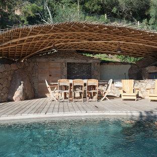 Immagine di una piscina country rettangolare dietro casa con una dépendance a bordo piscina e pedane