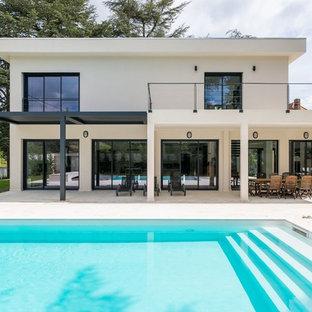 Exemple d'une grand piscine arrière tendance rectangle.